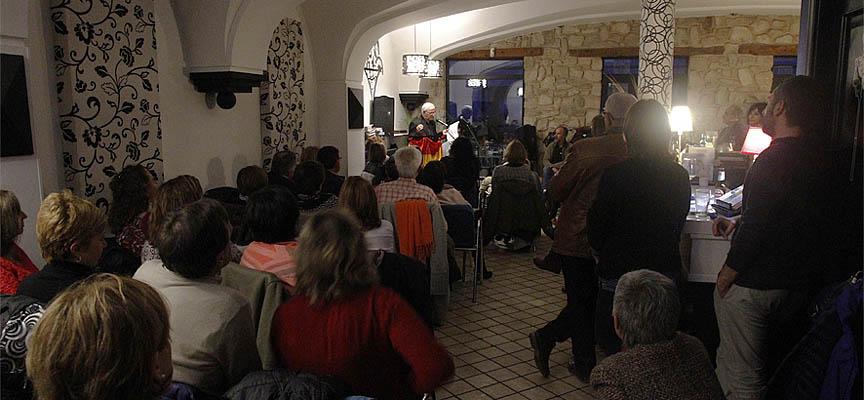 """Encuentro de """"Micros abiertos de poesía"""" celebrado en el café Las Iglesuelas, en Cuéllar."""