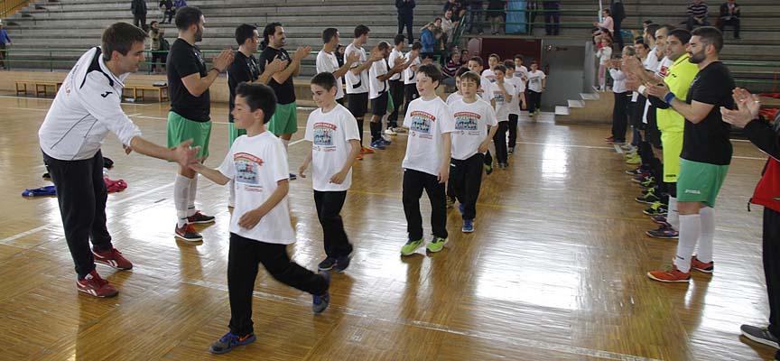 Los equipos de Primera División Provincial del Racing Cuéllar y CD San Lorenzo hacen pasillo a los benjamines.