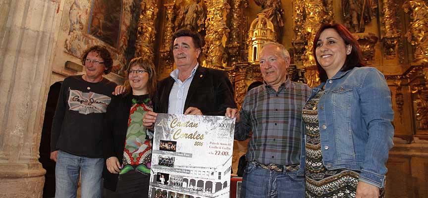 Representantes de la Coral Cuellarana, El Ayuntamiento y Pepe Colás tras la presentación el certamen.