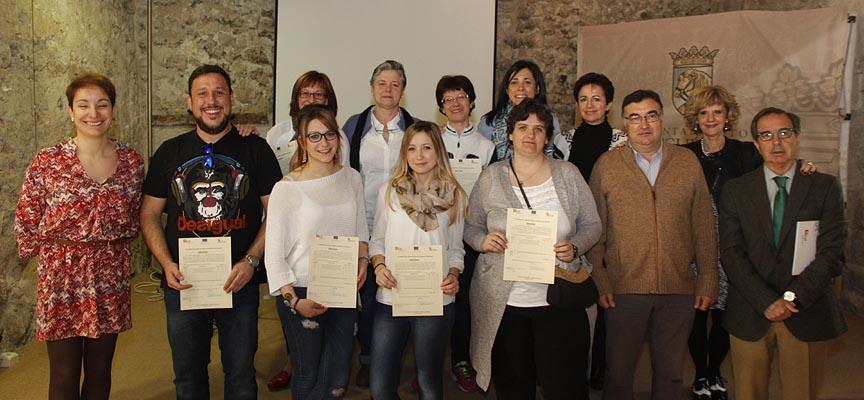 Participantes en el programa tras recoger sus diplomas.