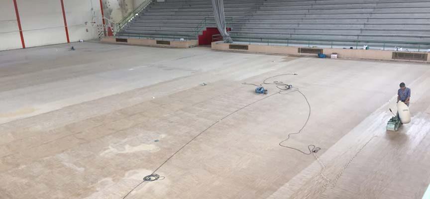 Deportes invierte 26.000 euros en el acondicionamiento del parqué del polideportivo municipal