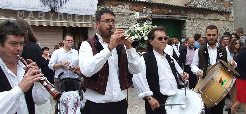 El grupo Cogeces del Folk durante una procesión a San Antonio.