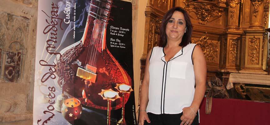 La concejala de Turismo, Nuria Fernández junto al cartel promocional del Festival.