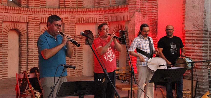 Jambrina (izquierda) y Madrid (derecha) durante su actuación en el ábside de Santiago acompañados por Alfredo y Ricardo Ramos.