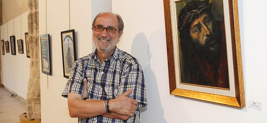 José Luis Llorente junto al Cristo de Tiziano que puede verse en la exposición.