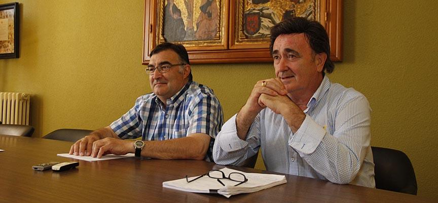 El alcalde Jesús García (derecha) y el concejal de Festejos, Luis Senovilla, presentan las ganaderías de los Encierros de Cuéllar de 2016.