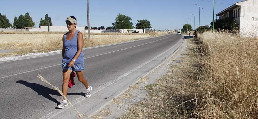 El carril bici y la acera discurrirán en el margen derecho de la carretera de El Henar.