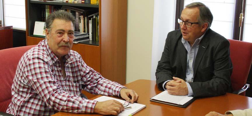 El delegado territorial y el alcalde de Fuentepelayo durante el encuentro.