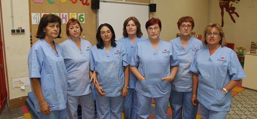 Algunas de las empleadas de limpieza que reclaman el pago de su trabajo a la empresa Zahoz.