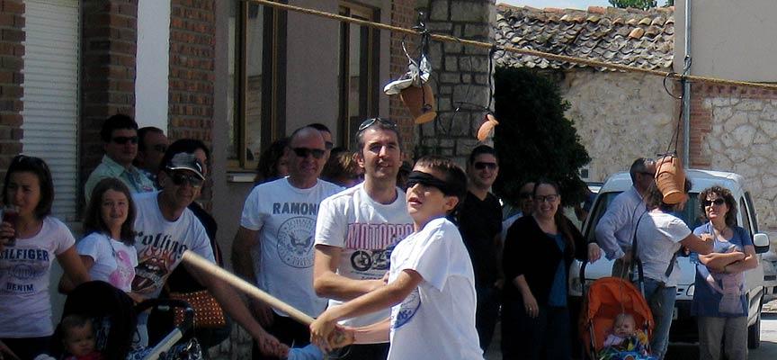 """Juegos populares infantiles como el de """"los pucheros"""" protagonizan las fiestas en Escarabajosa de Cuéllar."""
