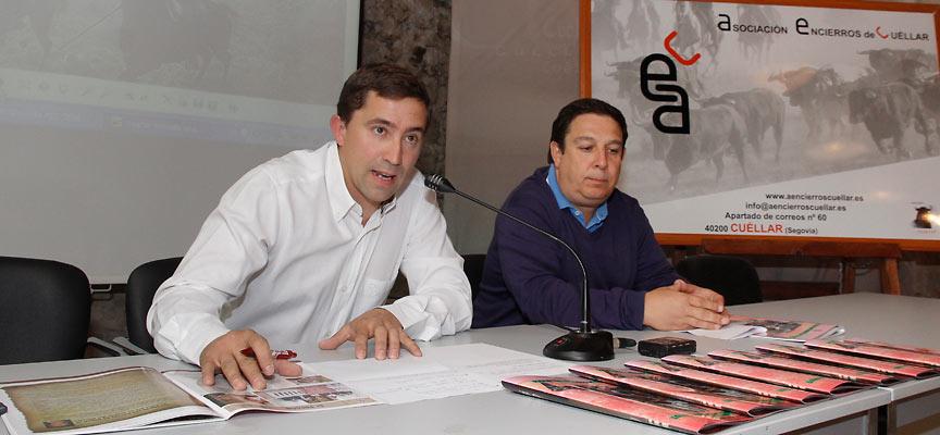 """El presidente de """"Encierros de Cuéllar"""", Jesús Salamanca (izquierda) y el periodista Pablo Quevedo presentaron la revista"""