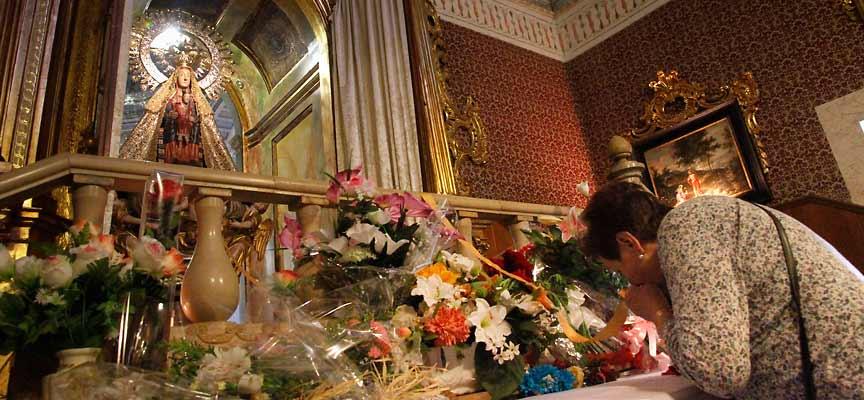 La Virgen ha recibido en su camarín a miles de romeros.