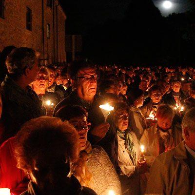 Centenares de velas iluminaron la pradera de El Henar