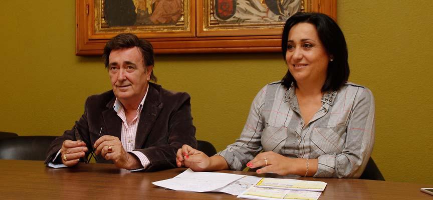 El alcalde y la concejala de Turismo durante la presentación.