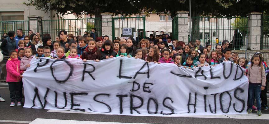Alumnos, padres y limpiadoras en su concentración hoy a las puertas del colegio La Villa.