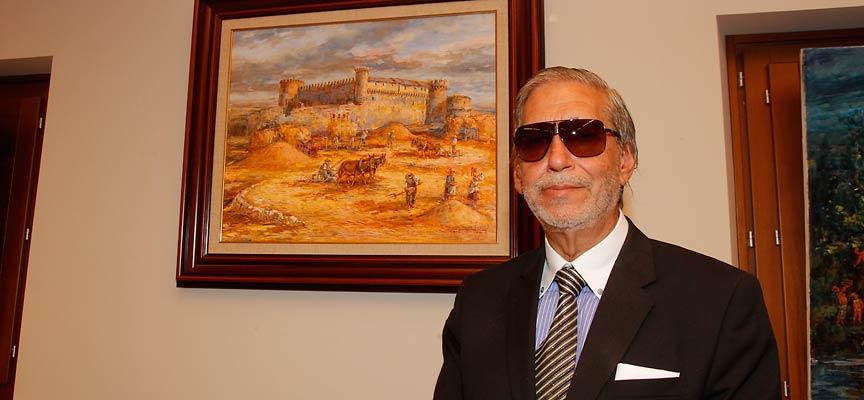 Lope Tablada junto a uno de sus cuadros con el Castillo de Cuéllar como protagonista.