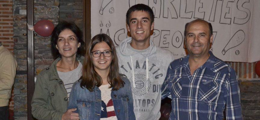 Con sus padres y hermana.