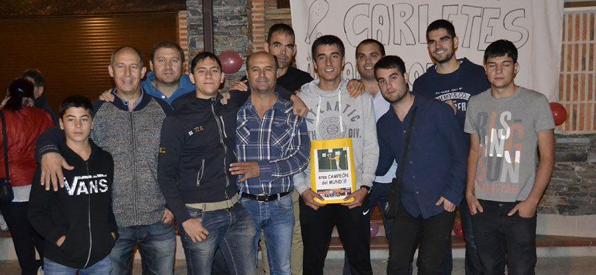 Carlos junto a jugadores de pelota de Vallelado