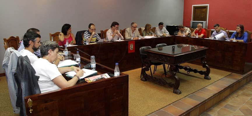 Los grupos municipales durante el desarrollo del pleno.