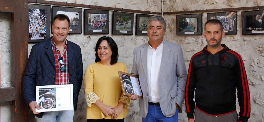 Los premiados junto a la concejala de Turismo, Nuria Fernández.