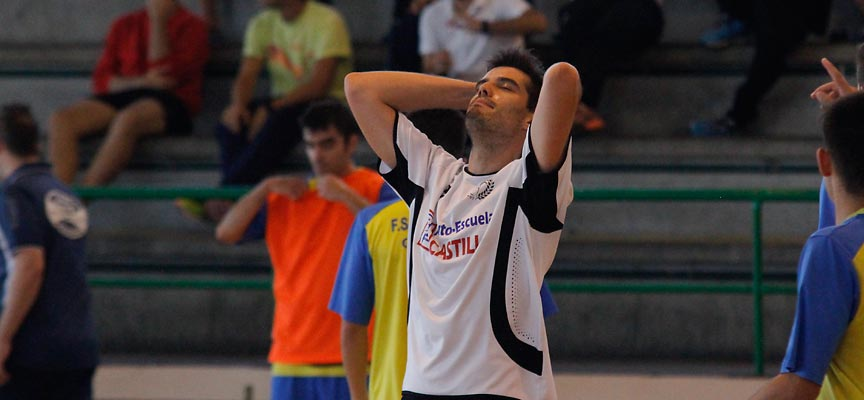 Abel, del Racing Cuéllar, se lamenta tras una ocasión de gol desaprovechada.