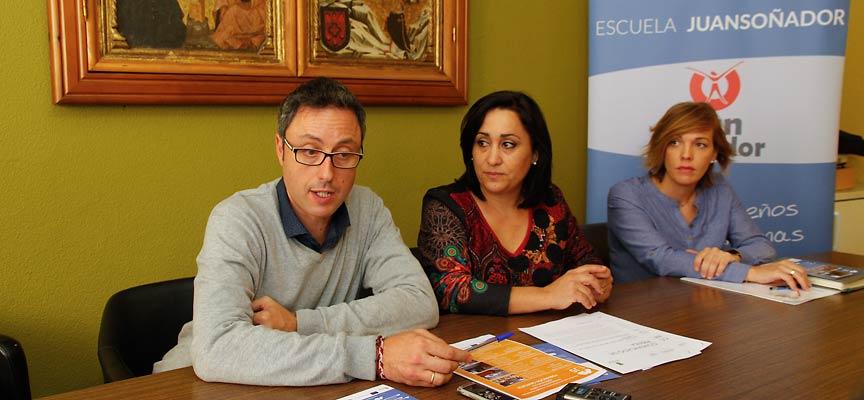 La concejala de Turismo junto al director de la escuela y una de las orientadoras de la provincia de Segovia.