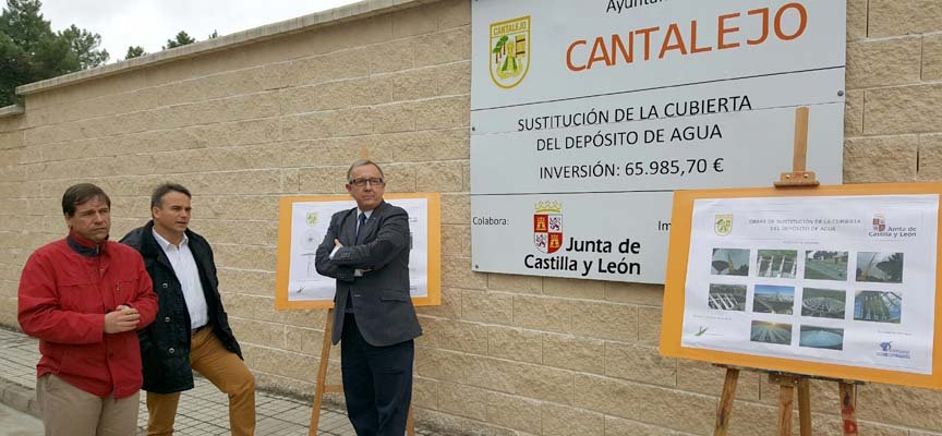 El delegado territorial junto al alcalde de Cantalejo y el diputado provincial durante la visita.