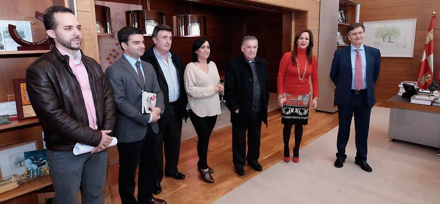 Representantes de las instituciones al inicio de la reunión celebrada en Las Cortes.