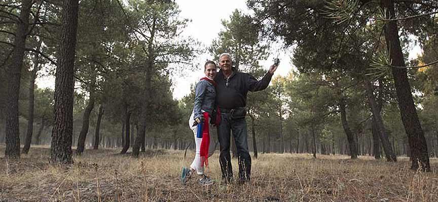 Jim Hollander y Chloe Woods en el pinar, antes del encierro de Cuéllar. | Foto: Jim Hollander |