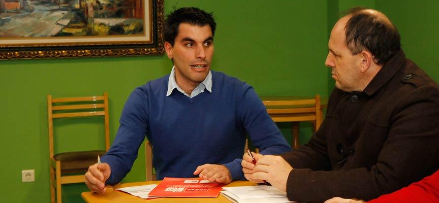 Héctor Pascual (izquierda) interviene durante una reunión comarcal del PSOE en Sanchonuño.