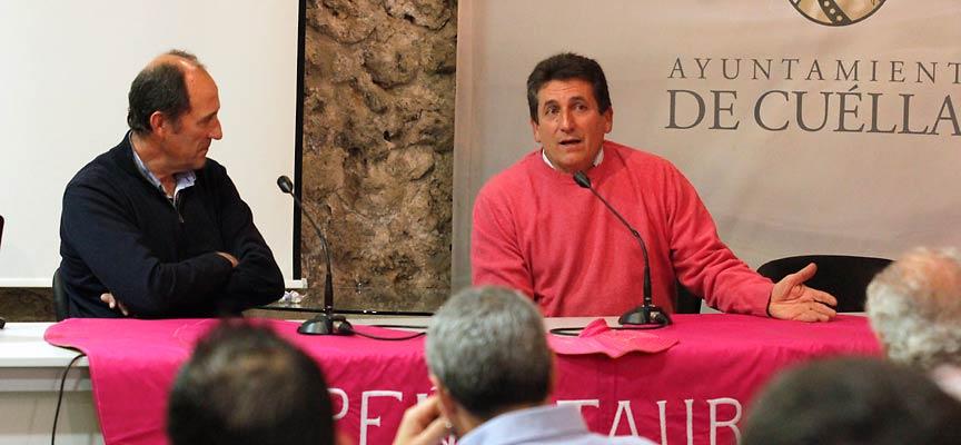 Carlos Aragón (derecha), titular de la ganadería Flor de Jara, junto a Francisco Salamanca durante la primera de las jornadas taurinas.