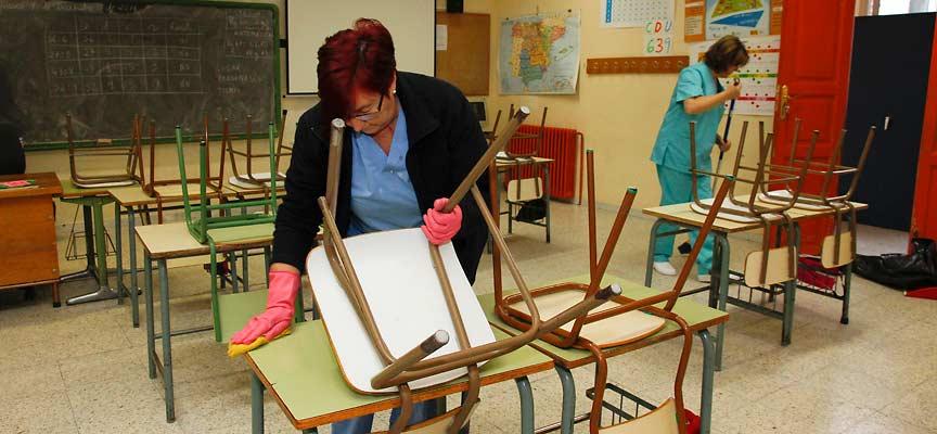 Las empleadas de limpieza de los colegios de Cuéllar trabajan desde ayer para la empresa navarra Sagana.