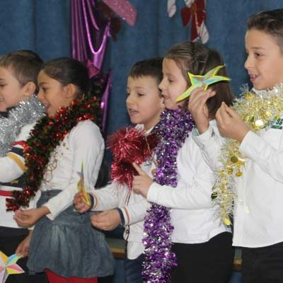 Los alumnos del colegio San Gil reciben la Navidad cantando y bailando