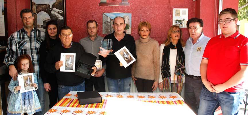 Los premiados posaron al final de acto junto a representantes de la asociación de vecinos y del Ayuntamiento.