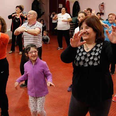 Niños y Mayores disfrutan de los talleres Intergeneracionales del Centro de Día
