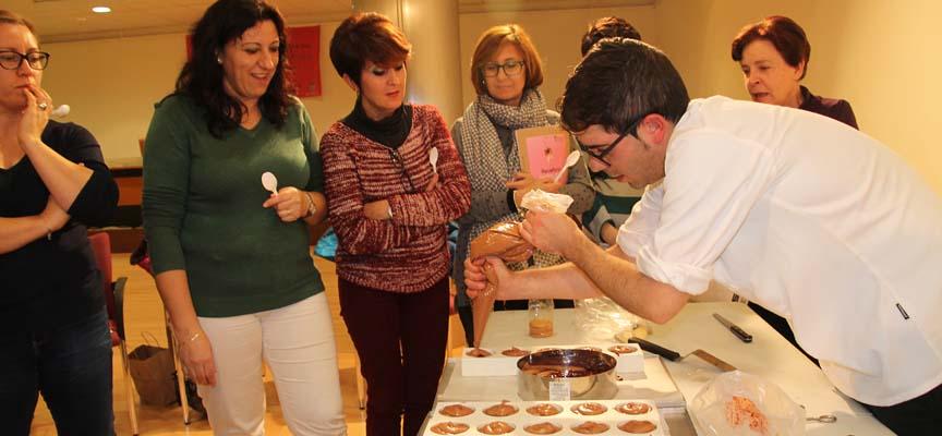 Daniel Ramos preparando uno de los dulces.
