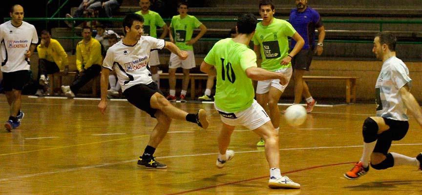 Momento del partido entre FS Cuéllar y Racing Cuéllar durante el torneo benéfico celebrado en 2015.