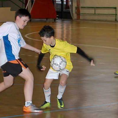 Más de una veintena de equipos participan en el torneo benéfico `Escuela de fútbol Futuro Cuéllar´