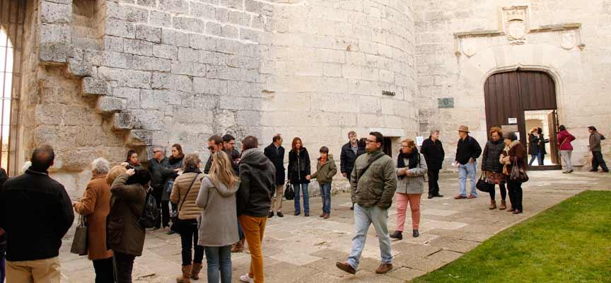 Visitantes en el acceso al Castillo durante el puente.
