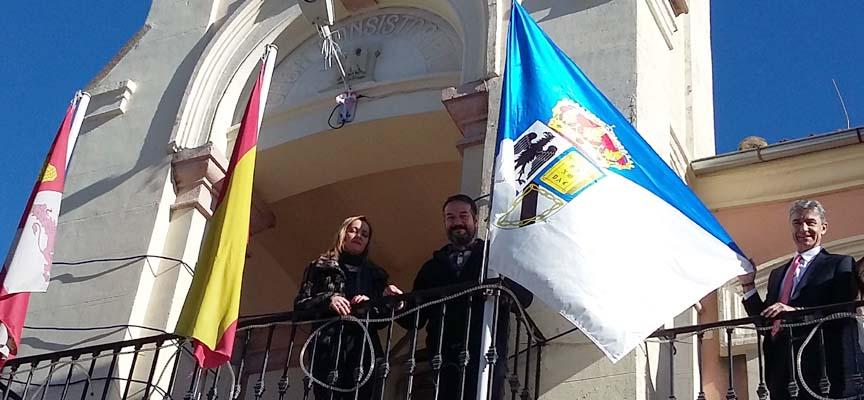El Alcalde, Jesús Ballesteros, el teniente de Alcalde, Mariano García, y por la concejala Raquel Alonso mostrando la bandera e el balcón del Ayuntamiento.