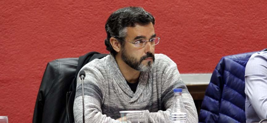 El edil de IU, Alberto Castaño, durante el pleno.