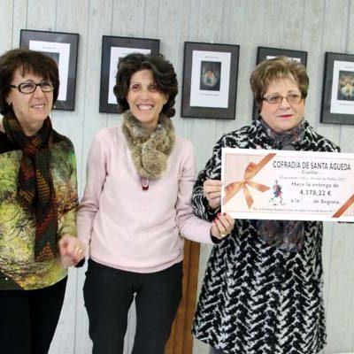 La Cofradía de Santa Águeda entrega un cheque de 4.378 euros a la AECC
