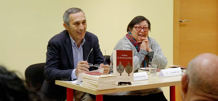 """J. Ramón Criado y Julia Montalvillo durante el coloquio sobre el libro """"Cuéllar: La historia perdida"""" en la librería El País de Jauja."""