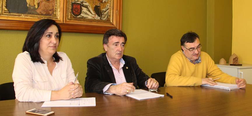 El alcalde junto a los concejales de Turismo y Festejos.