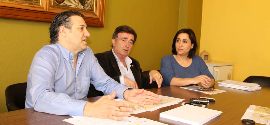 El concejal de Tráfico, el Alcalde y la responsable de Turismo durante la presentación del Plan de Evacuación.