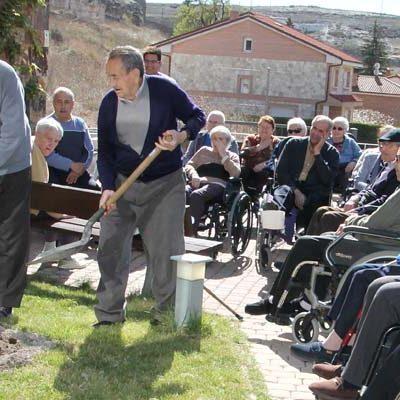 Los residentes del Centro de Mayores Valdihuertos celebran la llegada de la primavera y el Día del Árbol