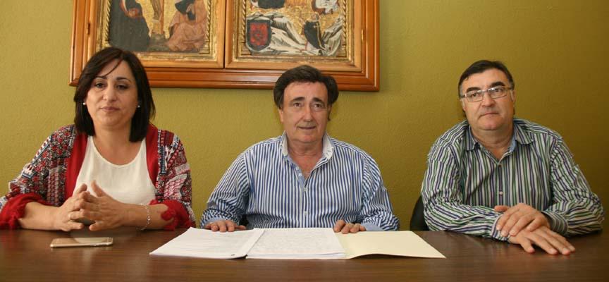 El alcalde junto a los concejales de Turismo y Deportes.