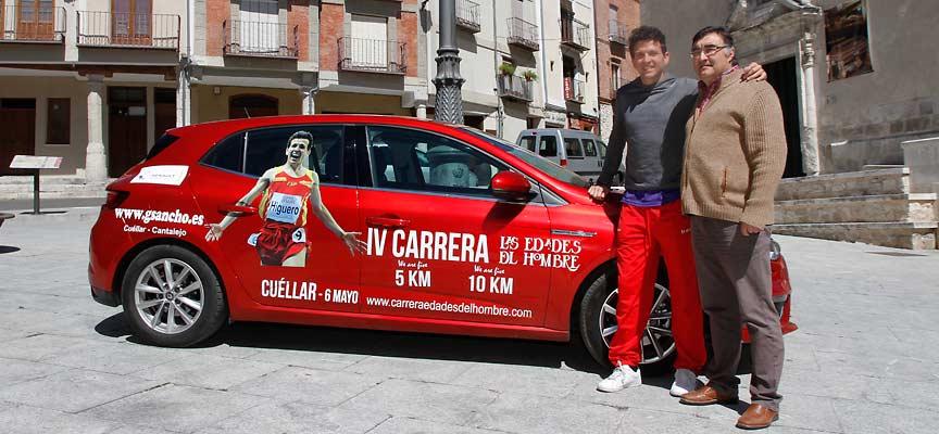 Juan Carlos Higuero y el edil de Deportes junto al coche rotulado con la imagen de la carrera.
