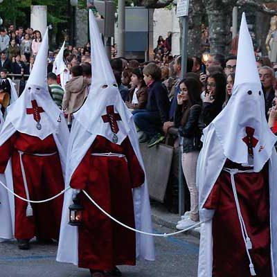 Vecinos y visitantes llenan las calles en el Viernes Santo cuellarano
