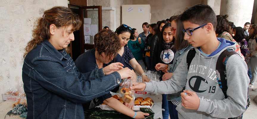 El AMPA se ha encargado de entregar los almuerzos a los alumnos del centro.